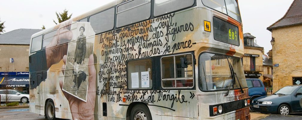 De l'art pariétal à l'art contemporain – le bus anglais